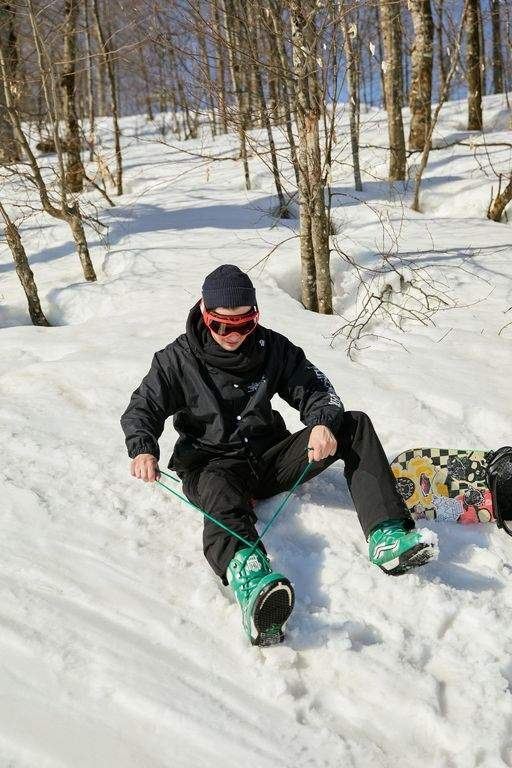 snowboarder tightening his laces